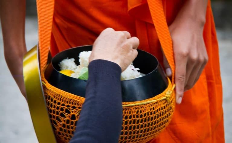 Cérémonie d'offrandes aux moines