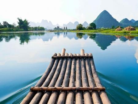 Au fil de l'eau, sur un radeau de bambou…