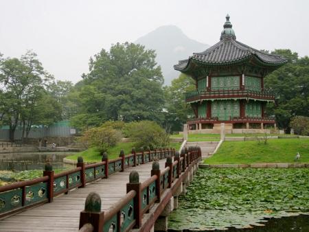 Stroll around Dongdaemun market until you reach the Zen temple of Chogyesa