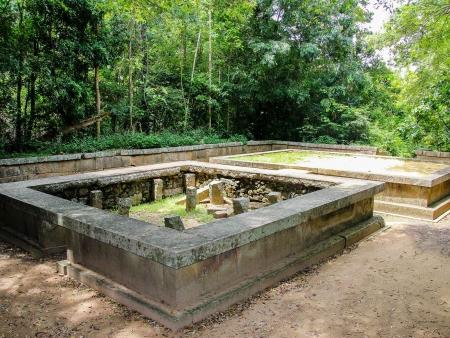 Anciennes ruines d'un monastère Bouddhiste à Ritigala