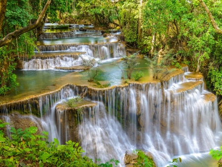 Jungle et cascades d'eau pure d'Erawan