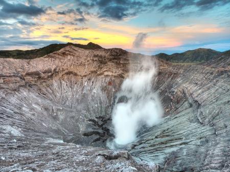 Lever de soleil sur les volcans