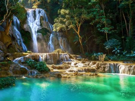 Cascades turquoise et forêt luxuriante